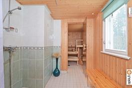 Sauna on puulämmitteinen