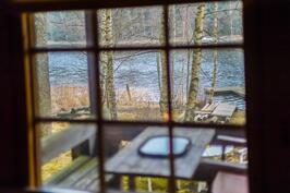 Näkymät tuvan ikkunasta merelle / vy inifrån stugan mot havet