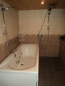 Alakerrassa kylpyhuone ja kaksi suihkua