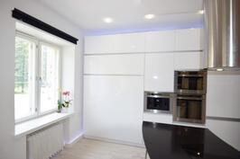 Huoneistossa on korkeakiiltoiset kaapistot sekä integroitu seinäsänky jonka saa helposti avattua ja suljettua.