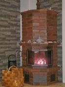 Tunnelmallinen takkatuli kivitakkassa antaa lämpöä olohuoneessa.