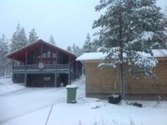 Komea talo talvimaisemassa