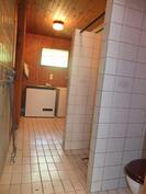 Kylpyhuone ja sen päässä kodinhoitotilat