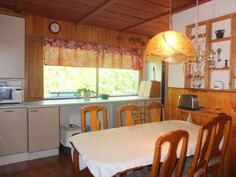 Keittiössä on tilaa isolle ruokapöydälle