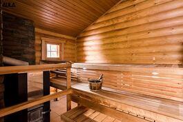 Pihasaunassa on puulämmitteinen sauna. Näille lauteille mahtuu löylyttelijöitä!