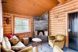 Saunan takkahuoneessa kokoonnutaan käristelemään makkaraa talvellakin.