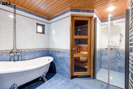 Kylpyhuone (2/2)  on talon saunan yheydessä.