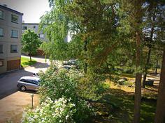 Näkymä asunnon parvekkeelta, takapihalle