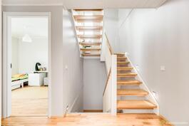 Upea portaikko kauniine valaistuksineen.