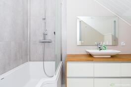 Yläkerran kylpyhuoneen klassisen tyylikäs ilme.