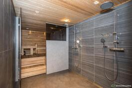 Kylpyhuone on harkitun tyylikäs kokonaisuus.