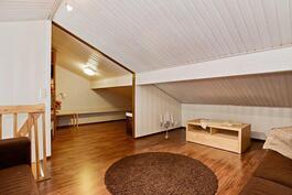 Parven sivuosasta kulku lämpimään varastoon/ Ingång till ett varmt förråd från loftet.