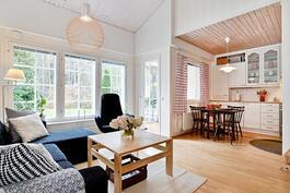 Keittiö ja olohuone  mukavasti yhteydessä toisiinsa./ Köket o. vardagsrummet kombinerade.