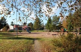 Leikkipuisto talon vieressä