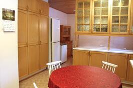 Keittiön kaapistoja, taustalla ruokailuhuone