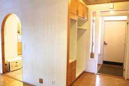 Yläkerran eteinen ja oviaukko keittiöön