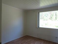 Kuvaa tilavasta ensimmäisestä makuuhuoneesta, jossa myös ...