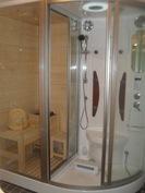Näyttäväksi uusitussa kylpyhuoneessa mm. hieno huoneistosauna- ja suihkukaappi!
