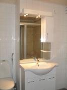 Kylpyhuoneessa siis uusi kaunis laatoitus ja ...