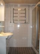 Lisää yleiskuvaa huoneiston uusitusta saunallisesta kylpyhuoneesta.