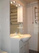 ...myös led-valaistusta löytyy sekä mm. pyyhekuivausteline ja pinnassa käyttövesiputket!