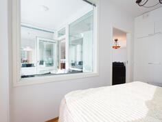 ikkuna makuuhuoneesta parvekkelle