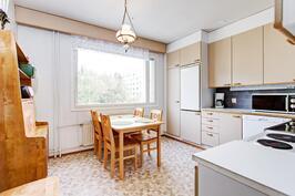 tilava keittiö, johon mahtuu hyvin isompikin pöytä