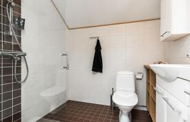 Yläkerrassa on käytännöllisesti erillinen wc ja suihku