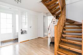 Puiset portaat johdattavat yläkertaan