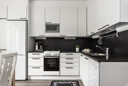 Ajaton valkoinen keittiö kestää katseita vuodesta toiseen.