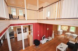 Olohuone osittain auki yläkertaan