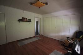 Yläkerran isompi makuuhuone, mistä käynti parvekkeelle