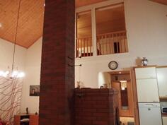 Keittiön ja olohuoneen huonekorkeus n. 5 m.