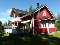 Talo piha-alueelta kuvattuna