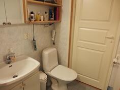 Pesuhuoneen ja makuuhuoneen välinen wc