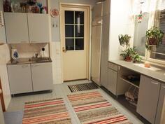 Kodinhoitohuone, ovi pesuhuoneeseen ja ulos terassille