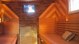 saunassa televisio ja äänentoistolaitteet