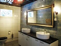 Yläkerran suurempi wc