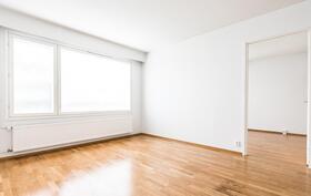 Näkymä olohuoneesta makuuhuoneen suuntaan.