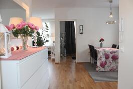 Näkymä eteisestä keittiön ja olohuoneen suuntaan