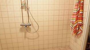 pesuhuoneessa suihku,