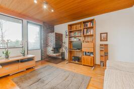 Yläkerran takkahuone jota voi käyttää myös makuuhuoneena.