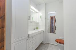 Yläkerrassa on myös erillinen WC.