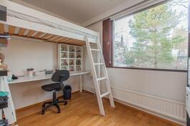 Yläkerran makuuhuone (saunan vieressä).