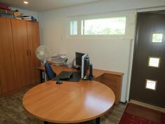 alakerran toimisto / vastaanottotila, johon on oma sisäänkäynti