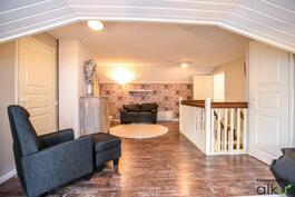 Tilava aulatila yläkerrassa, täällä on kodin toinen olohuone!
