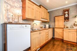 Keittiössä on loistavat kaappitilat ja harmooninen värimaailma