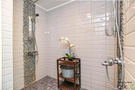 Upea laatoitus ja kaksi suihkua kruunavat kylpytilat