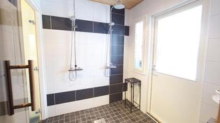 2 suihkua pesuhuoneessa