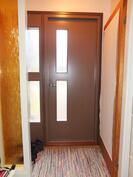 Tuulikaappi. Ulko-ovet on uusittu v. 2004